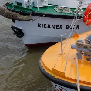 Rickmer Bock neben der Bremen (III) - 2015.