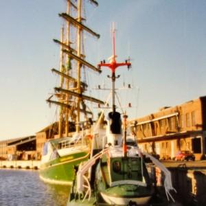 SRK Georg Breusing am Werftkai in Bremerhaven zusammen mit der fast fertigen Alexander von Humboldt I, 1988.