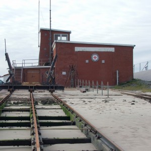 Rettungsschuppen Neuharlingersiel mit Ablaufschienen für Rettungsboote.