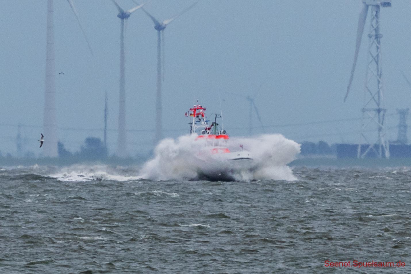 SK40 (HAMBURG) mit 23 Kn gegen 6-7 Bft Wind und Flutstrom auf der Ems.